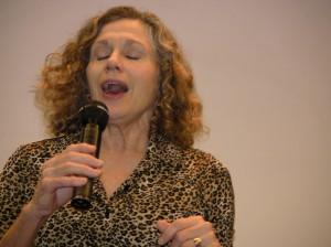 Gwynyth Walsh mentre canta per il pubblico della Reunion