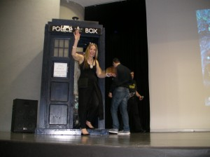 Virginia Hay esce dal Tardis!