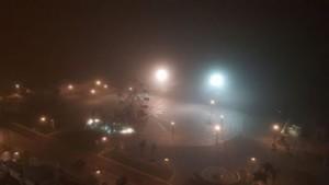 Il lungomare di notte e con la nebbia. Volevo solo condividere questa suggestiva immagine.