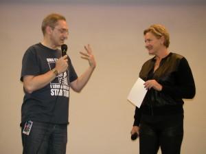 Denise Crosby con Paolo Attivissimo, per la traduzione simultanea.