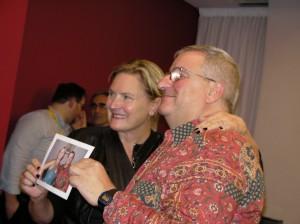 Denise crosby assieme a un maturo fan, con una foto che attesta il loro precedente incontro in Sticcon, dodici anni fa. Lui indossa sempre la stessa camicia!